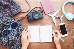 顶视图妇女有空白的笔记本日志的,智能手机,加州` s手 免版税库存图片