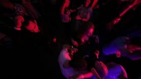 顶视图射击了人和DJ夜总会的 股票录像