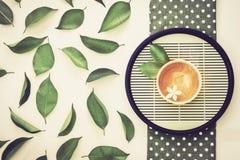 顶视图射击了一杯热的茶与绿色叶子装饰的, 库存图片
