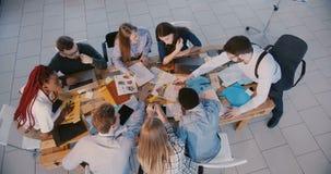 顶视图小组不同种族的专业商人,带领会议的公上司在现代办公室 影视素材