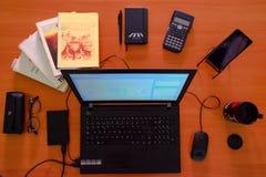 顶视图工作书桌 有计算机、供应和咖啡杯的办公桌 库存照片