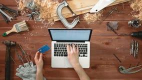 顶视图工匠在网上递买的建筑材料和设备与他的信用卡 影视素材