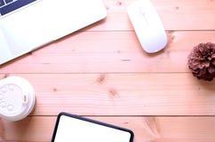 顶视图平的被放置的办公室桌书桌 与笔记本,sm的工作区 库存照片
