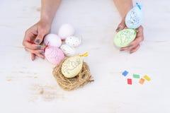 顶视图愉快的复活节节日背景 设计手工制造父亲 免版税库存照片