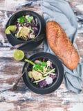 顶视图意大利ciabatta和新鲜蔬菜沙拉在一个黑暗的碗 沙拉用萝卜、红叶卷心菜、黄瓜、pesto和芝麻 库存图片