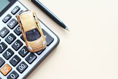 顶视图或微型汽车模型、计算器和笔平的位置在办公桌桌上与拷贝空间准备好增加或嘲笑  免版税库存照片