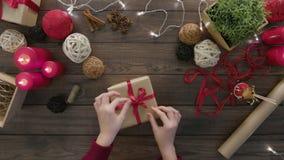 顶视图手栓弓圣诞节礼物 股票录像