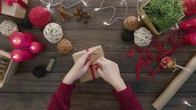 顶视图手栓弓圣诞节礼物 股票视频
