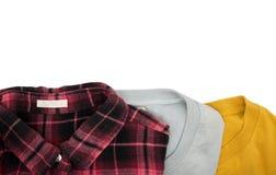顶视图折叠了在白色背景和格子花呢上衣隔绝的T恤杉 免版税图库摄影