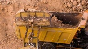 顶视图挖掘机装货压碎岩 股票视频
