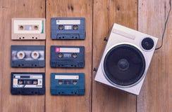 顶视图放置在木头的盒式磁带和报告人 图库摄影
