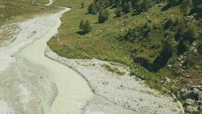 顶视图旅行在背景山河的远足者人 远足山 股票录像