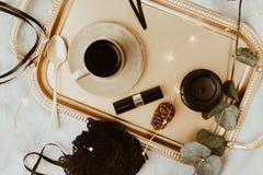 顶视图时尚金子和黑辅助部件 面具、咖啡、唇膏和鞋带女用贴身内衣裤 免版税库存照片