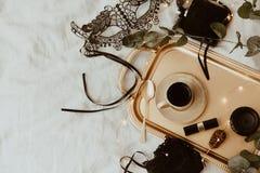 顶视图时尚金子和黑辅助部件 面具、咖啡、唇膏和鞋带女用贴身内衣裤 库存照片