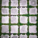 顶视图有绿草的正方形瓦片 免版税库存图片
