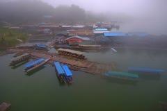 顶视图有雾的小船,在桥梁的看法& x22; 星期一Bridge& x22; 库存照片