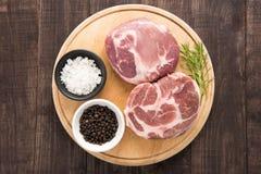 顶视图未加工的新鲜的肉和大蒜,在木背景的胡椒 库存照片