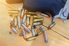 顶视图枪,手枪用在木的橡木桌上的子弹 免版税库存照片
