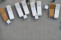 顶视图水池床,在木板条地板上的海滩睡椅 免版税图库摄影