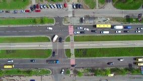 顶视图汽车通行在城市 通风 股票录像