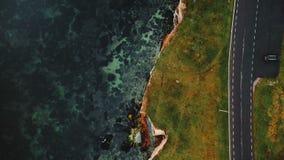 顶视图沿美丽的秋天海湾路的寄生虫飞行接近飘渺被腐蚀的砂岩海岸,旅行概念 股票视频