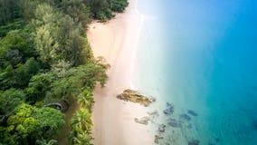 顶视图海沙海滩- Khao Lak泰国的鸟眼睛 免版税库存图片