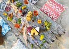 顶视图海滩野餐桌 免版税图库摄影