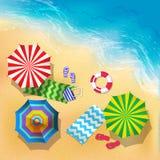顶视图海滩、沙子和伞的传染媒介例证 夏天背景