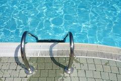 顶视图游泳池水梯子 库存照片