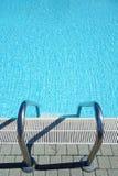 顶视图游泳池水梯子 免版税库存照片