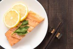 顶视图烤了三文鱼用在盘的柠檬 图库摄影