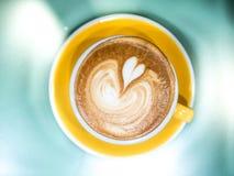 顶视图热的咖啡杯拿铁艺术 免版税库存照片