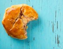 顶视图甜微型耐嚼的蛋糕或chickee结块与叮咬在蓝色木头 免版税图库摄影