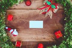 顶视图白色空白的名片的大模型图象与圣诞节装饰的 免版税库存图片