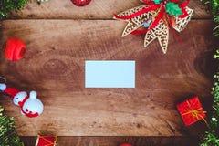 顶视图白色空白的名片的大模型图象与圣诞节装饰的 免版税图库摄影