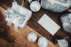 顶视图白色空白的名片的大模型图象与银色圣诞节装饰的 免版税库存图片