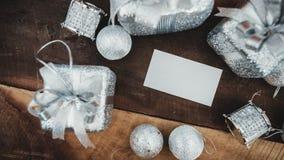 顶视图白色空白的名片的大模型图象与银色圣诞节装饰的 库存图片