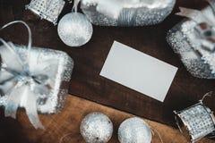 顶视图白色空白的名片的大模型图象与银色圣诞节装饰的 免版税图库摄影