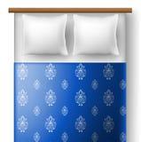 从顶视图的床与枕头 免版税库存照片