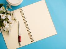 顶视图空白螺旋与咖啡杯的笔记本 库存照片