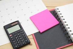 顶视图笔记本、计算器、便条纸和日历投入了w 库存照片