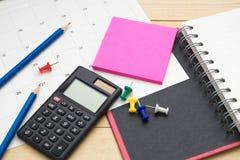 顶视图笔记本、计算器、铅笔、便条纸和日历p 库存照片