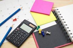 顶视图笔记本、计算器、铅笔、便条纸和日历p 库存图片