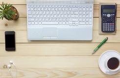顶视图笔记本,铅笔,无奶咖啡,仙人掌,手表,膝上型计算机, stati 库存照片