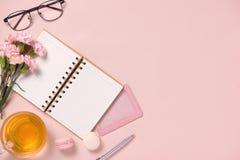 顶视图笔记本anf在桌面上开花 对婚姻的plann 免版税库存照片