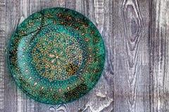 顶视图绿色绘了木表面上的板材 免版税库存图片