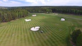 顶视图绿色高尔夫球场室外绿草领域 从飞行寄生虫的鸟瞰图 免版税图库摄影