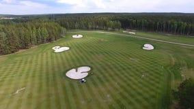 顶视图绿色高尔夫球场室外绿草领域 从飞行寄生虫的鸟瞰图 库存照片
