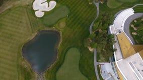 顶视图绿色高尔夫球场室外绿草领域 从飞行寄生虫的鸟瞰图 免版税库存图片