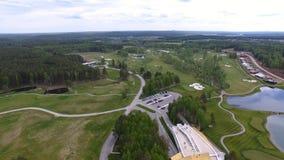 顶视图绿色高尔夫球场室外绿草领域 从飞行寄生虫的鸟瞰图 图库摄影